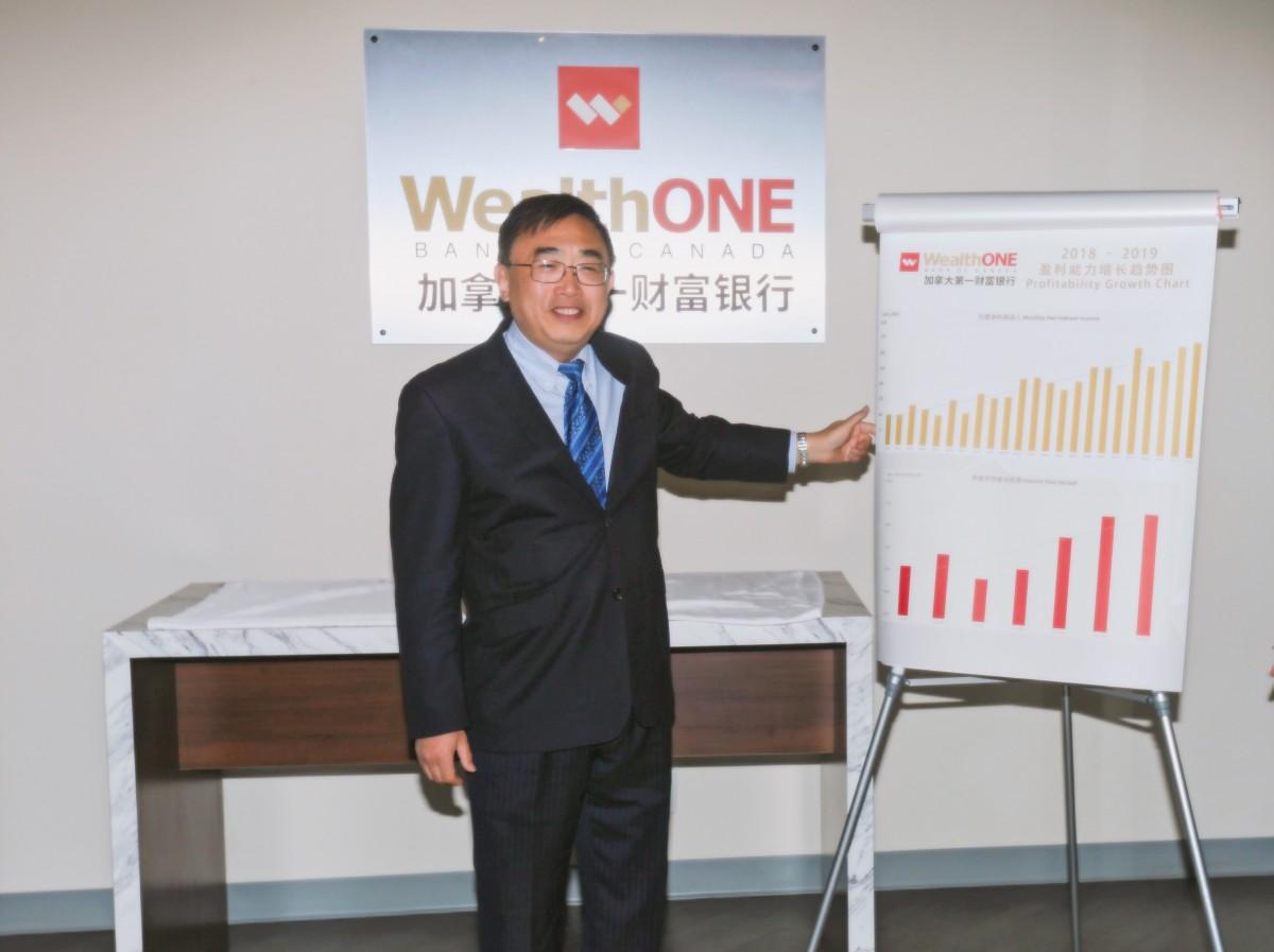 加拿大第一财富银行总裁兼首席执行官朱达书先生带领现场来宾回顾银行业绩