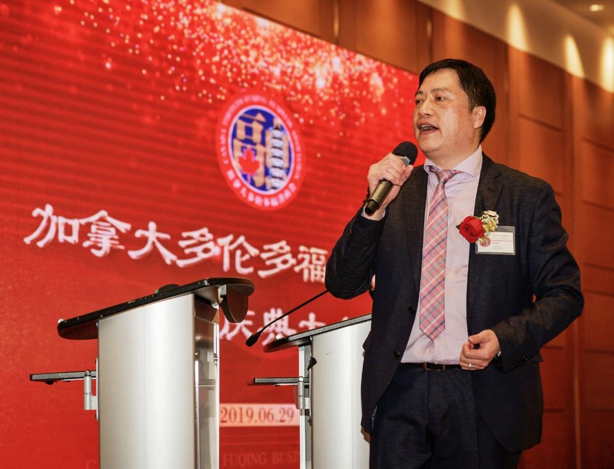 32 加拿大多伦多福清商会名誉会长兼监事长何良金演唱《融商融情融建材》