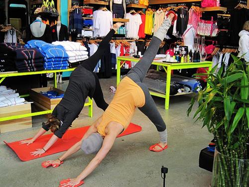 该公司的瑜伽裤等紧身裤广告似乎在把女性的身体曲线