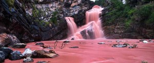 加拿大有条粉色瀑布,实在太美了!
