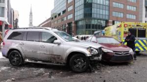 加拿大司机舍身屏障 用自己汽车避免行人