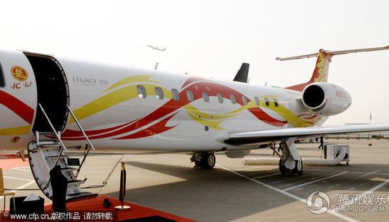 成龙价值2亿的私人飞机亮相上海 登机须穿拖鞋(组图)