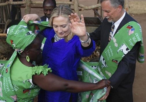希拉里在当地时间5日上午抵达马拉维。在同马拉维女总统乔伊斯班达会谈时,希拉里赞扬了后者上任100天以来的执政表现,并强调希望马拉维成为南部非洲地区民主制度建设的一个榜样。希拉里还宣布,在未来三年,美国将向马拉维的农业领域进行4,600万美元的投资。 这是美国国务卿历史上首次访问该国家。希拉里访问马拉维,主要有两点目的:一是不遗余力地宣扬美国的民主价值观。马拉维刚刚完成领导人更迭不久,新总统乔伊斯班达采取了亲西方的政策,希拉里的访问无疑是对此肯定。二是,美国更希望以访问马拉维为契机,扩大美国在南部非洲的政
