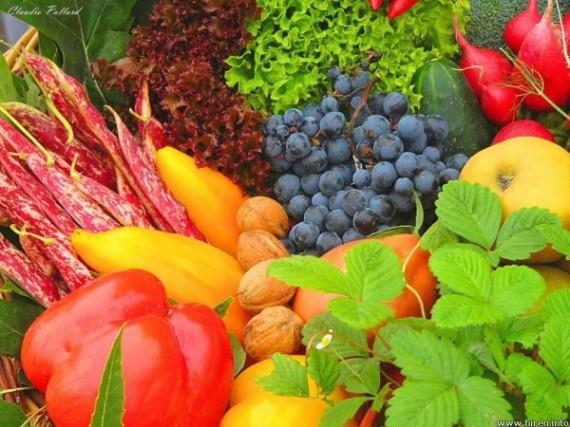 【生活常识】 如何存放瓜果蔬菜:适宜的温度是关键 下面的水果和蔬菜可冷藏安全: 水果:杏,梨,桃,油桃,樱桃,草莓,蓝莓,覆盆子,鹅莓,葡萄干,葡萄,猕猴桃和李子 蔬菜:西兰花,菜花,胡萝卜,大头菜,香菇,玉米,韭菜,生菜,菠菜,萝卜,甘蓝,芦笋,卷心菜,中国豌豆 这些水果可以储存在冰箱中,但是最好的方法是放在一个敞口的塑料袋中盛装着,这是存放在冰箱应放在在一个开放的塑料袋最好的方法,如果放在室内要避免阳光照射。 下面的水果不要放在冰箱中冷藏,最好是常温下存放,理想温度是八到十三摄氏度的地方: 水果