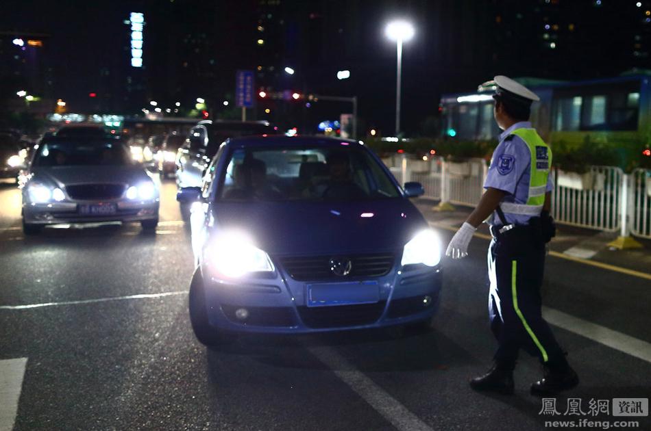 用远光灯 深圳司机被罚盯着大灯看5分钟(组图)