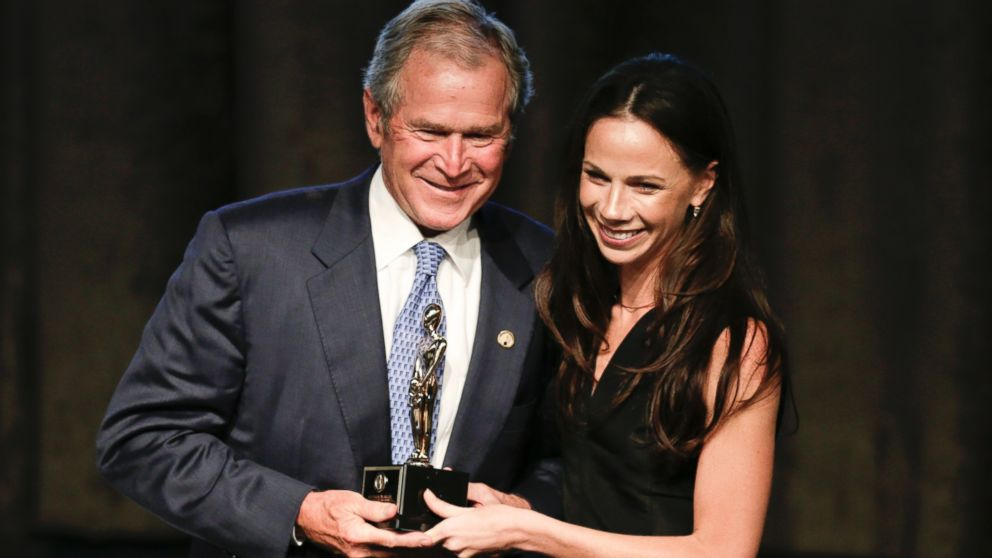 """小布什获""""年度父亲""""称号 领奖时称感谢女儿他才成功戒酒_图1-1"""