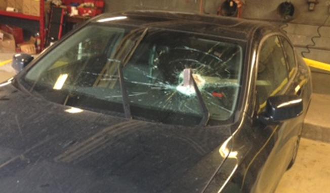 被两米长的金属块砸中挡风车窗的汽车,现暂停于惠特比市。 (CTV)