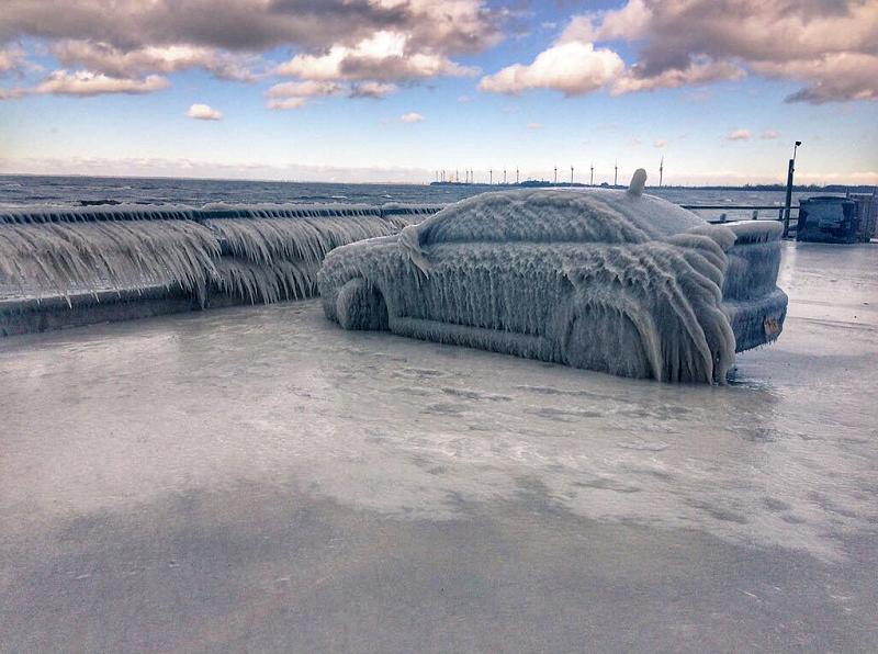 """太冷了!一辆小轿车被冻住 仿佛穿上""""冰衣"""