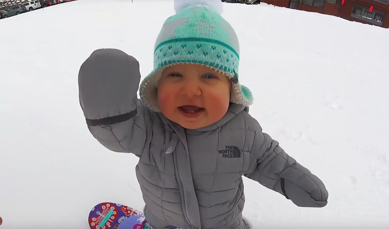 美国1岁宝宝滑雪视频走红 姿势专业萌翻网友