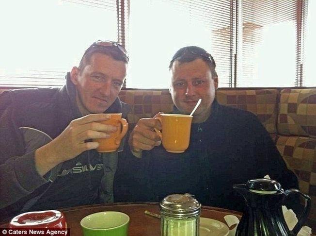 理查(左)与罗素(右)计画将好友西蒙的骨灰洒在加拿大,以完成遗愿。(取材自英国每日邮报)