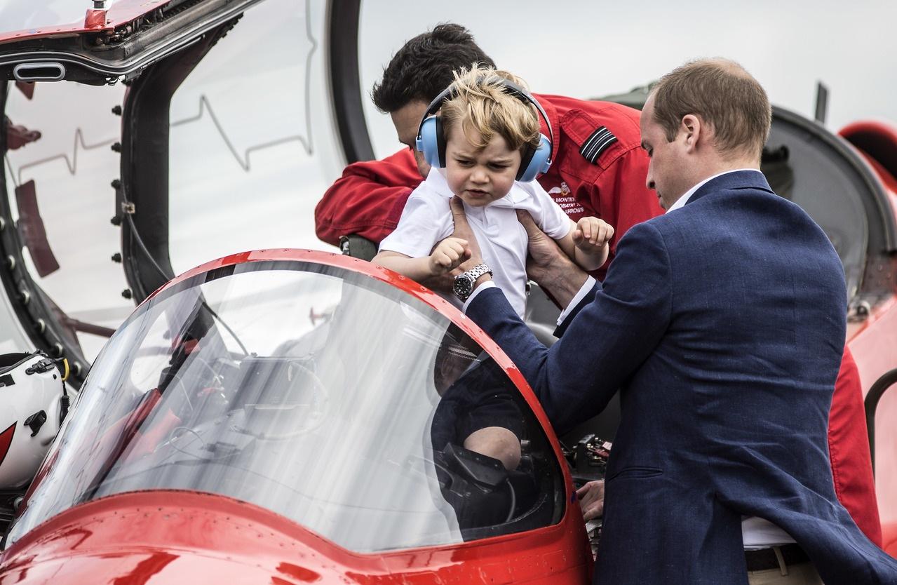 每日邮报(Daily Mail)网站报导,一向乖巧的乔治刚抵达英国皇家国际飞行展(RoyalInternational Air Tattoo)时似乎在使性子,妈妈凯特赶忙抱起他。穿着白色T恤和短裤的乔治之后牵着凯特的手,抢镜指数爆表。 本月稍后将满3岁的乔治和爸爸威廉王子与妈妈凯特,一同出席英国皇家国际飞行展。乔治在爸爸帮忙下,坐进空军特技飞行小组红箭(Red Arrows)鹰式教练机(Hawk)。 戴着蓝色耳罩的乔治还与凯特坐进松鼠(Squirrel)直升机的后排,威廉坐在前排。 法新社报导,剑桥公爵