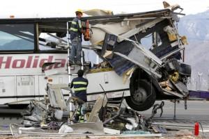 赌场旅游巴士追尾大卡车 44死伤