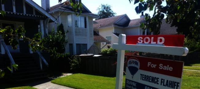 大溫地區房屋銷售量同比降幅很大,但房價仍升。(CBC)