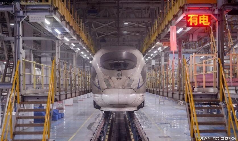 还记得那辆从雾霾中穿越的高铁吗 工人们是这样为它清霾的