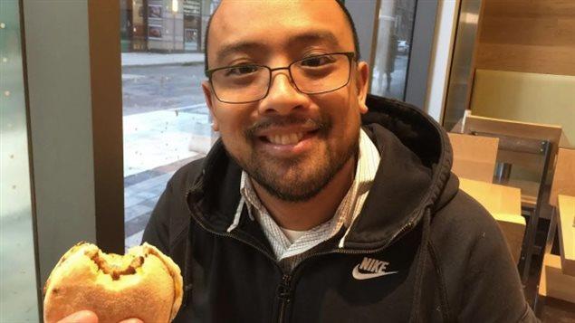 James Serreno 很喜欢 A&W 连锁店的蛋肉三明治