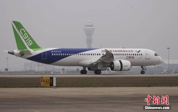 5月5日,首架国产大飞机C919在上海成功首飞。杨骏 摄 国产C919大飞机顺利完成首飞,从C919立项,到2015年下线,再到首飞,围绕这架国产大飞机,各方都在讨论。央视新闻频道从4月开始通过央视新闻新媒体渠道,在互联网上征集问题,网友提到最多也是最尖锐的,是有关C919发动机,C919被称作是中国人自主知识产权的新一代喷气式干线客机,那么它的发动机是不是国产,整架飞机到底能不能说中国制造呢?央视记者走进中国商飞去寻找答案。 说到想要了解C919这架国产大飞机,很多网友的问题都指向它的发动机。大家都在说