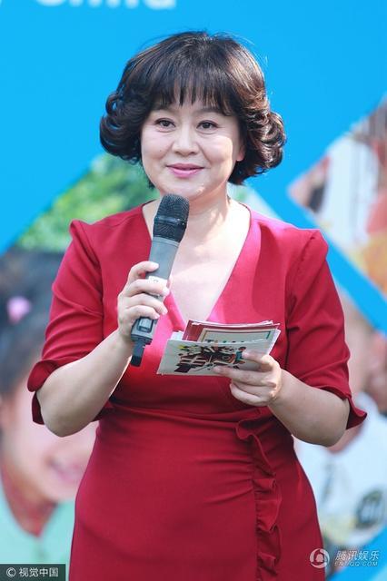 51岁鞠萍姐姐亮相6.1儿童节笑容...