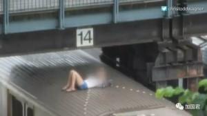 危险!13女童爬上地铁车顶拍照