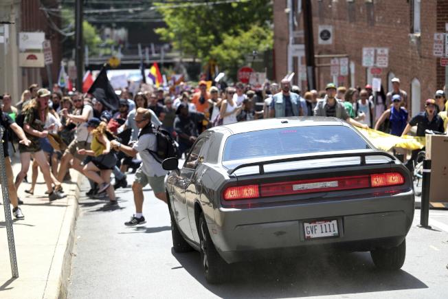 一輛汽車衝向反示威者,群眾四散奔逃。(美聯社)