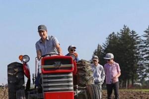 国际农耕赛 特鲁多驾拖拉机拼庄稼汉形象