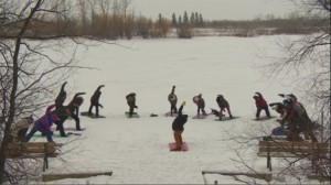加拿大人真不愧是北方人,零下20度在冰上