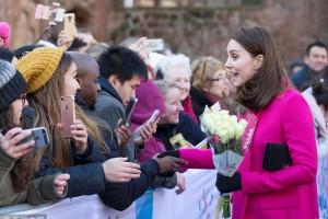 威廉王子夫妇访教堂 孕味十足