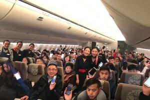 刚过零点,东航飞机乘客集体开手机(组图)