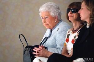英女王亮相时装周