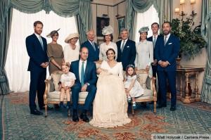 英国王室新发布:路易小王子受洗 萌照超