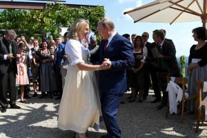 普亭出席奧外長婚禮 與新娘翩翩起舞