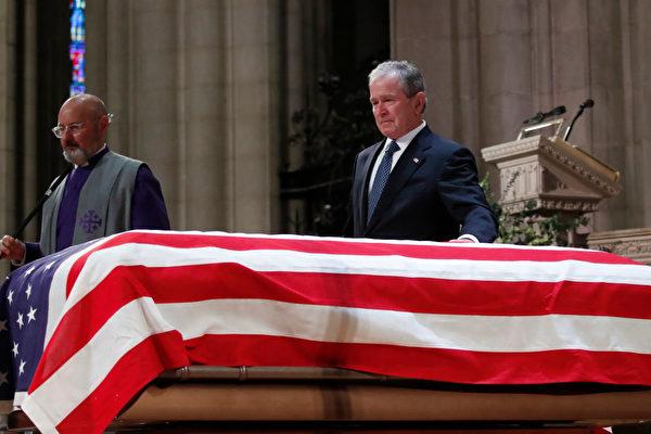 美国前总统小布什轻抚他父亲老布什的灵柩。(Alex Brandon/Getty Images/Pool)