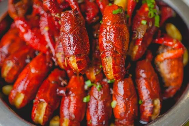 此地的小龙虾,皮薄个大会流黄   中国最好吃的小城市