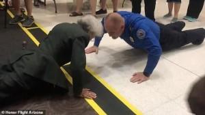 美国84岁老奶奶挑战壮汉伏地挺身,气场全
