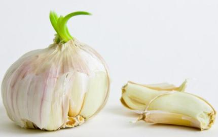 大蒜放久了就会变绿,变绿的大蒜能吃吗?吃了会不会中毒?
