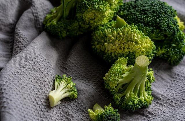 西蓝花含3种抗癌成分,但这样吃对身体有害