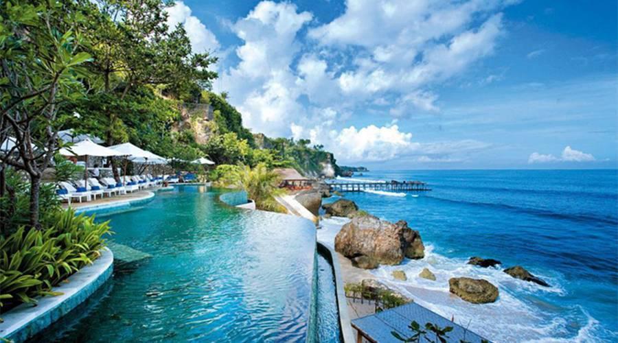 曾经的度假天堂巴厘岛 如今一半海水一半