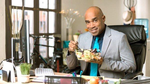 饮食有两个基本原则,一个是控制总热量,一个是均衡饮食。