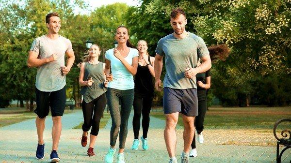 一群人在公园运动