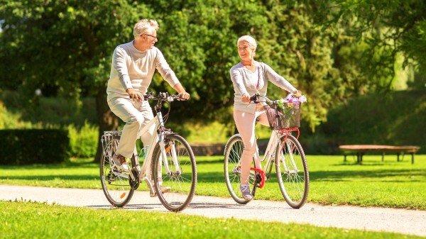老人在公园骑自行车运动