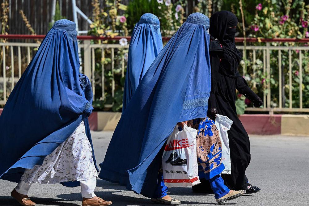 9月1日,阿富汗首都喀布尔,穿着罩袍的女性。图自视觉中国