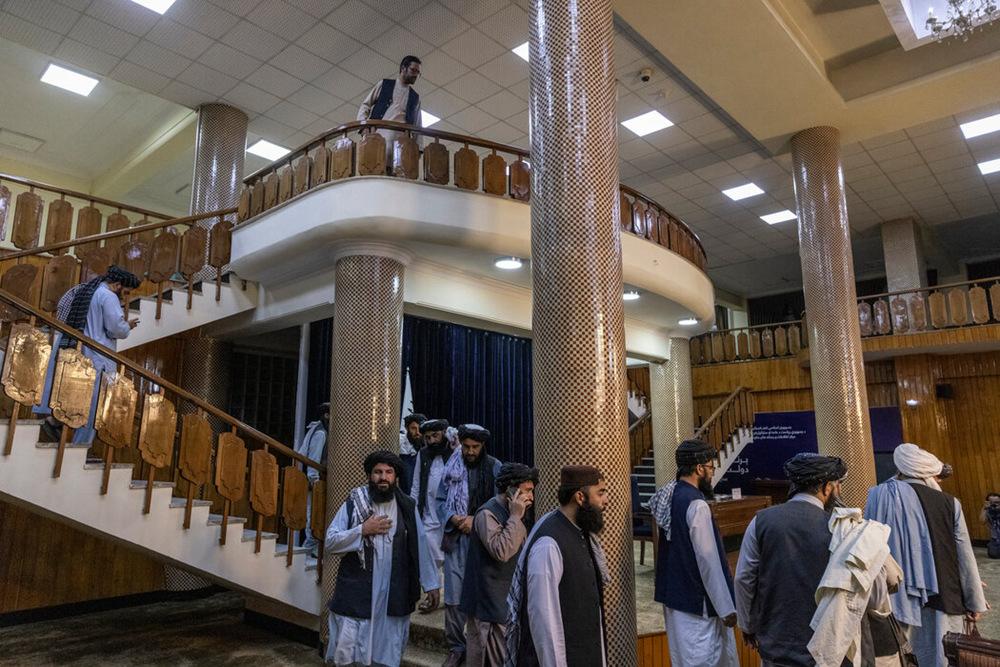 9月2日,塔利班官员抵达阿富汗喀布尔举行的新闻发布会。图自纽约时报