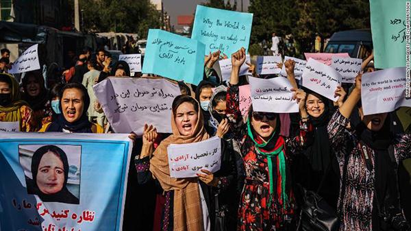 9月8日,阿富汗妇女游行示威,抗议塔利班宣布成立的临时政府中没有女性。图自CNN