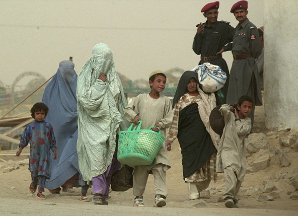 2001年,阿富汗难民一家人。图自视觉中国