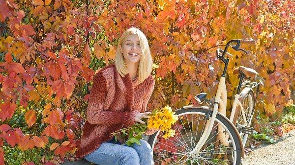 一个女人秋天在公园