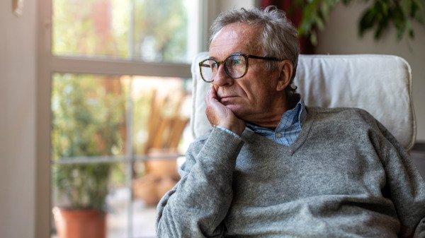 老人寂寞孤单的望着窗外